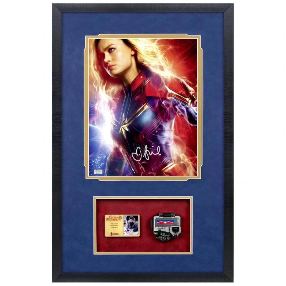 Photo autographiée et encadrée de Brie Larson - Captain Marvel avec pager Hot Toys à l'échelle 1:1