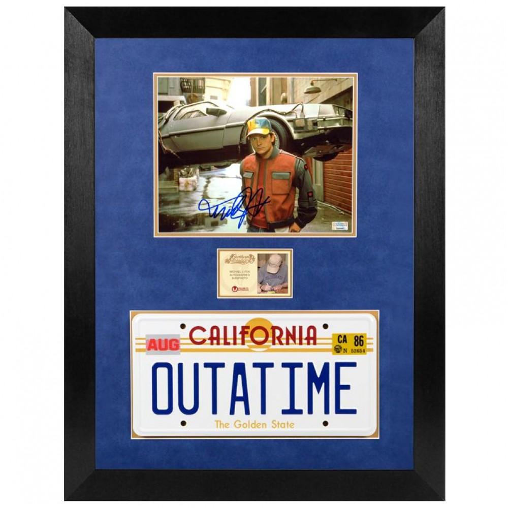 Photo Autographiée et Encadrée de Michael J. Fox de Retour vers le Futur avec plaque d'immatriculation OUTATIME